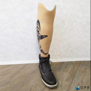 prothèse tibiale en carbone avec esthétique en siliconne Aqualeg personnalisé avec un tatouage. Disponible en bretagne à ret en Normandie a daans les cabinets d'orthopédie de saint-lo et Avranches