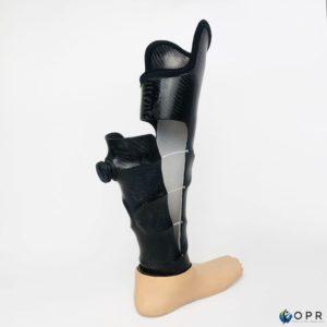 prothèse de jambe pour amputation longue avec système boa pour les variations de volume du moignon, fabriquée par nos équipes en bretagne a rennes et en normandie à saint lo et avranches