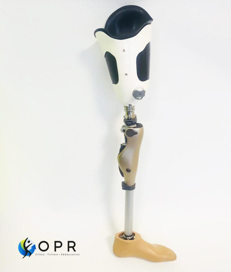 prothèse fémorale de hanche avec genou kenevo de chez ottobock disponible chez orthese prothese reeducation en normandie et en bretagne