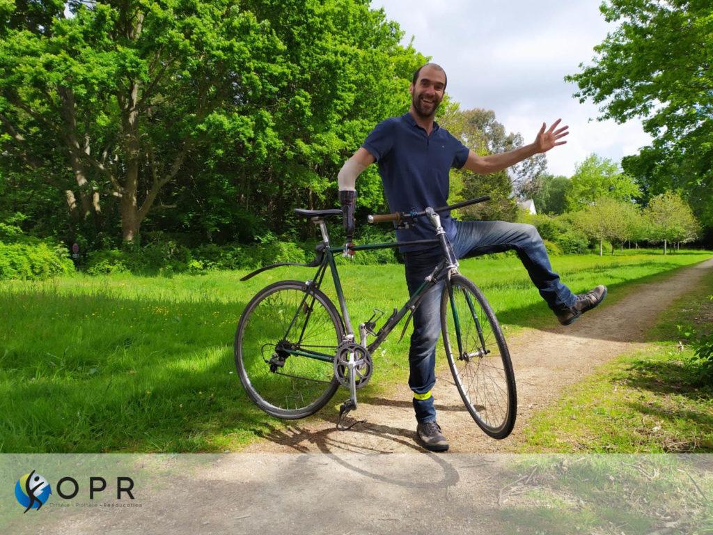 Nicolas Huchet, bionico de Myhumankit fait du vélo avec son bras amputé grâce à une prothèse de membre supérieur adaptée par opr orthèse prothèse rééducation à rennes et Avranches