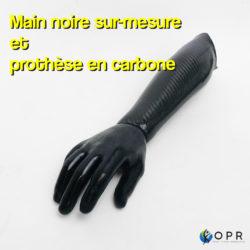 prothèse de main en carbone de couleur noire réalisée sur mesure pour un patient amputé au niveau du bras dans l'un de nos cabinets en bretagne et en normandie à rennes ou avranches