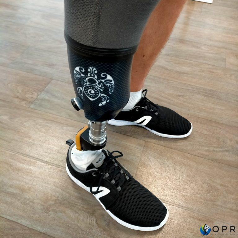 Prothèse tibiale personnalisée sur demande avec un tatouage tribal de tortue, en bretagne et en normandie dans nos établissements de rennes, avranches et saint lo